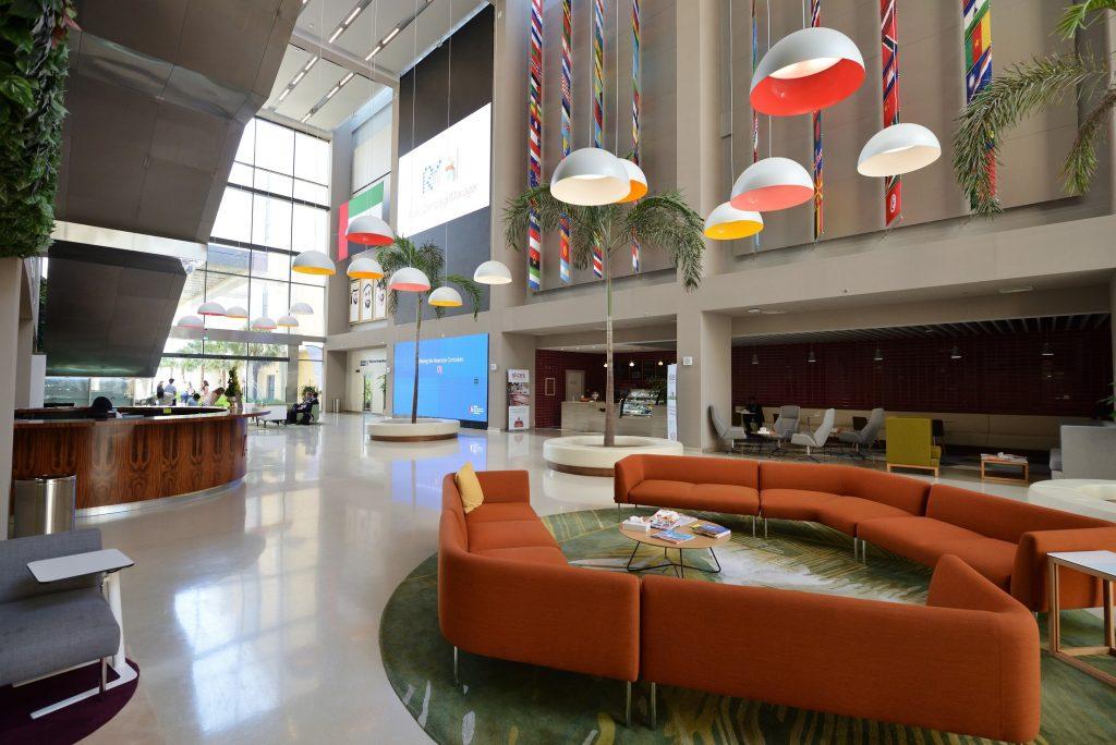 Foto des überraschenden Empfangs der GEMS Dubai American Academy, der mehr mit einer Flughafenlounge oder einer Hotellobby zu tun hat als mit einer traditionellen Schule