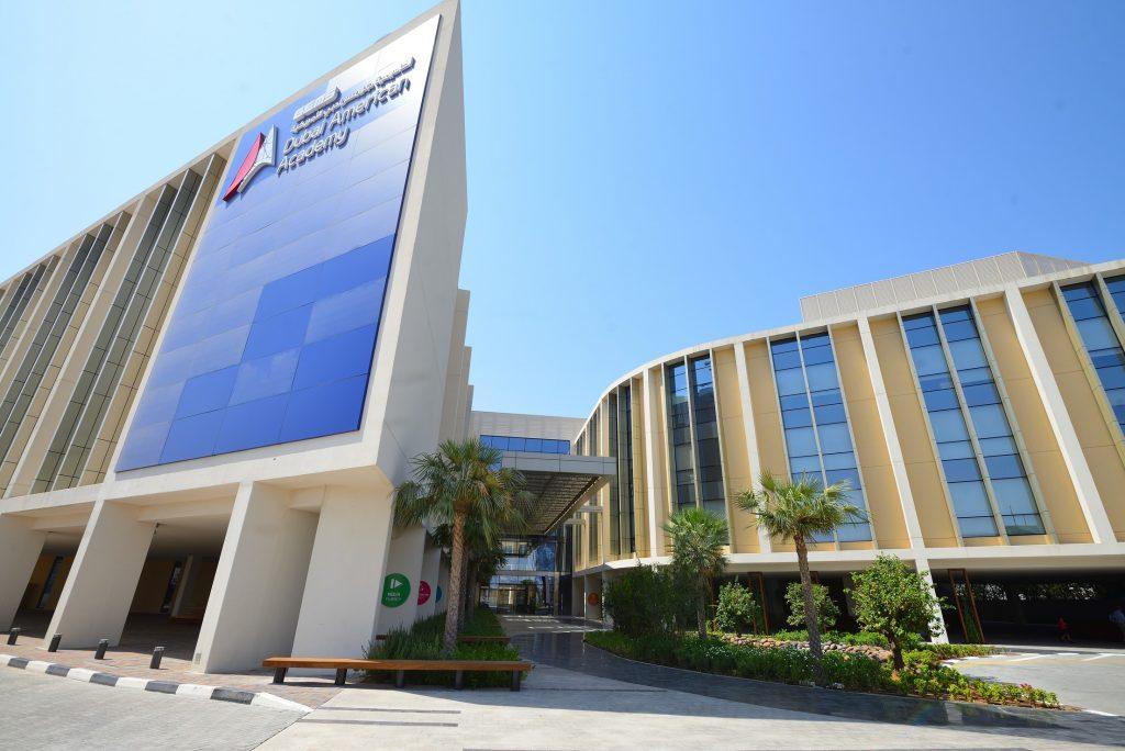 Foto des Äußeren der GEMS Dubai American Academy - wahrscheinlich die teuerste Schule, die jemals in den VAE gebaut wurde