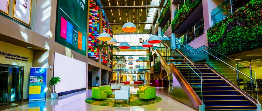 Bild des außergewöhnlichen Empfangsbereichs der GEMS Dubai American Academy