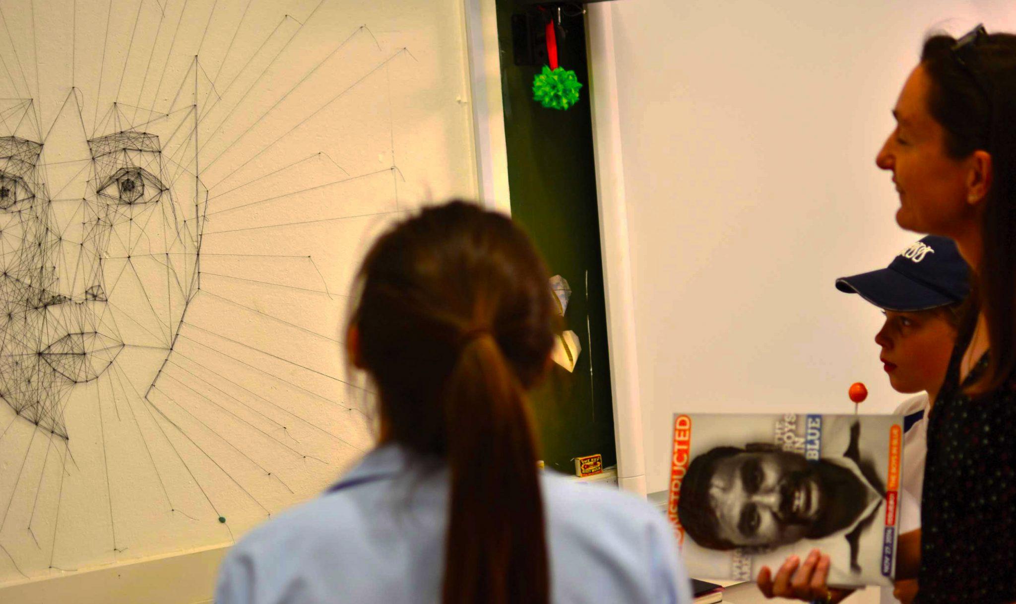 Studenten und Kollegen des Dubai College betrachten eine wissenschaftliche Methode, um zu verstehen, wie man das menschliche Gesicht zeichnet