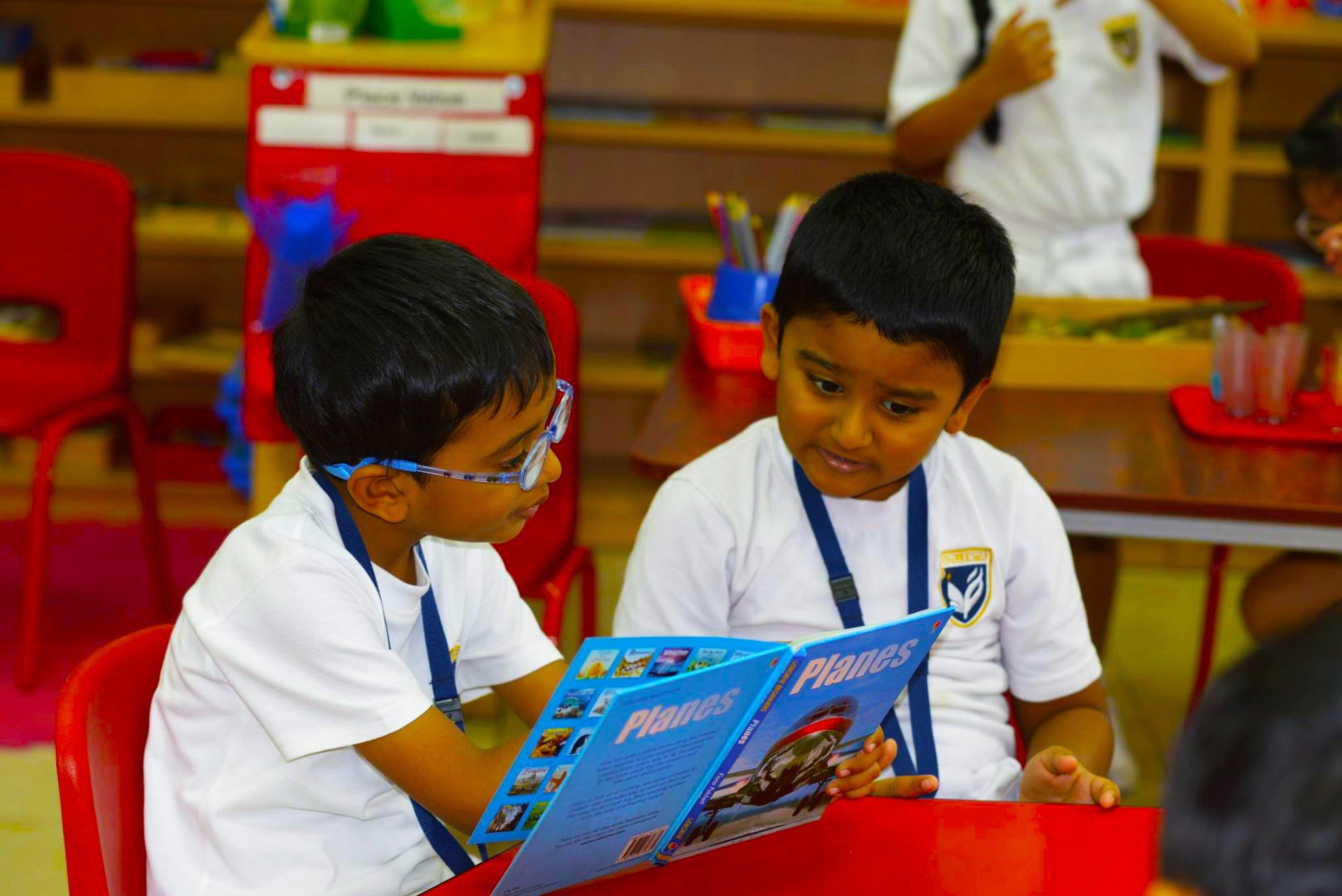 أطفال صغار يتعلمون في مدرسة جيمس الحديثة في دبي