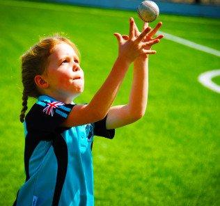 Foto eines Schülers der Grundschule, der beim Sport an der NNord Anglia International School Dubai nach dem Ball greift
