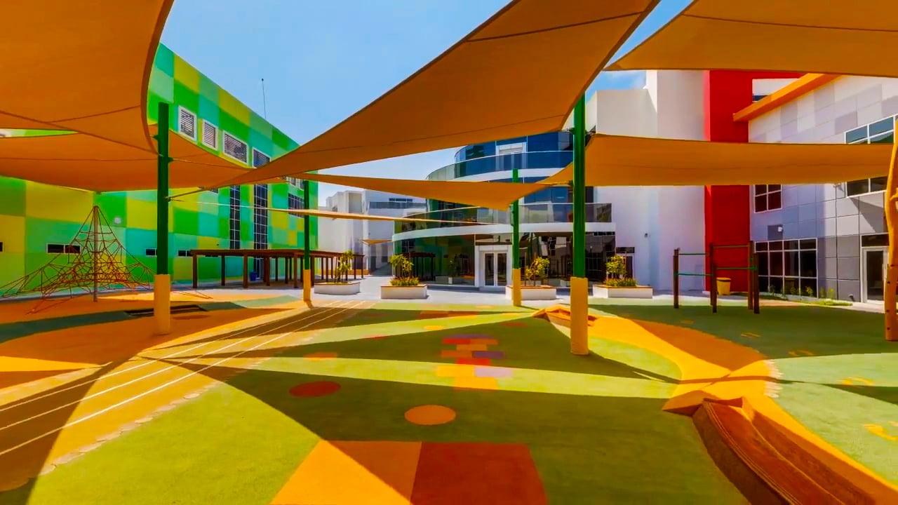 Wunderschön gestaltete Gebäude mit ausgedehnten, schattigen Außensegeln sind Beispiele für die Sorgfalt und Aufmerksamkeit der Dubai British School für die Bedürfnisse ihrer Schüler