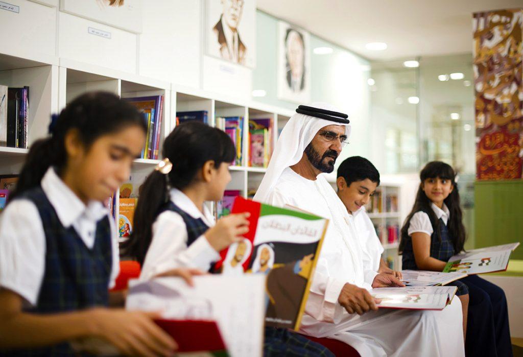 Ang mga bata sa School of Research Science sa Dubai na nagbabasa kasama ng Kanyang Kahalagahan Sheikh Mohammed bin Rashid Al Maktoum