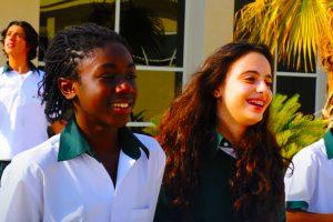 Una imagen que muestra niños felices en la escuela internacional sin fines de lucro Deira International en Dubai