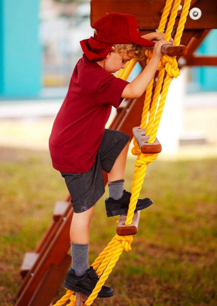 Larawan ng mga bata na umaakyat sa Dovecote Green Primary School sa Dubai