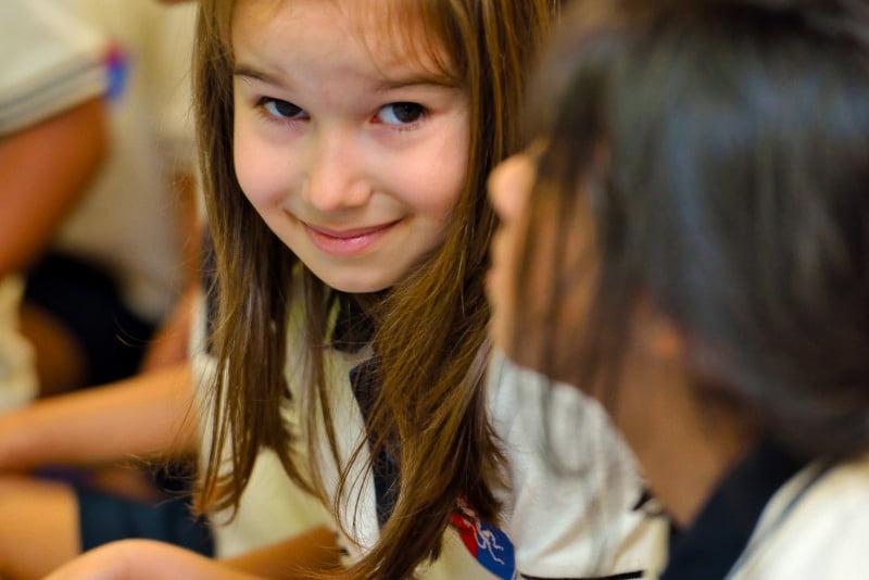 Foto eines glücklichen Kindes, das an der GEMS Founders School in Dubai lernt