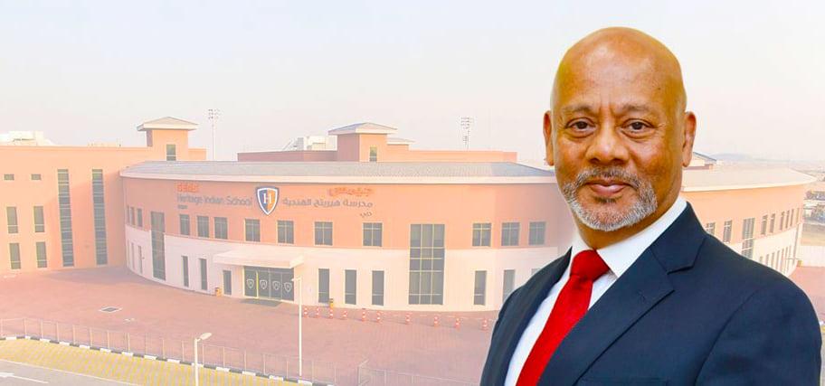 صورة لداريل بلود ، المدير التنفيذي ، على خلفية مدرسة جيمس تراث الهندية في دبي