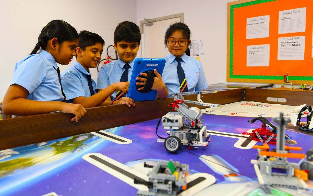 صورة للطلاب الذين يتعلمون من خلال تطبيق LEGO Robotics كجزء من المنهج الموسع القائم على STEAM في مدرسة GEMS Heritage الهندية في دبي