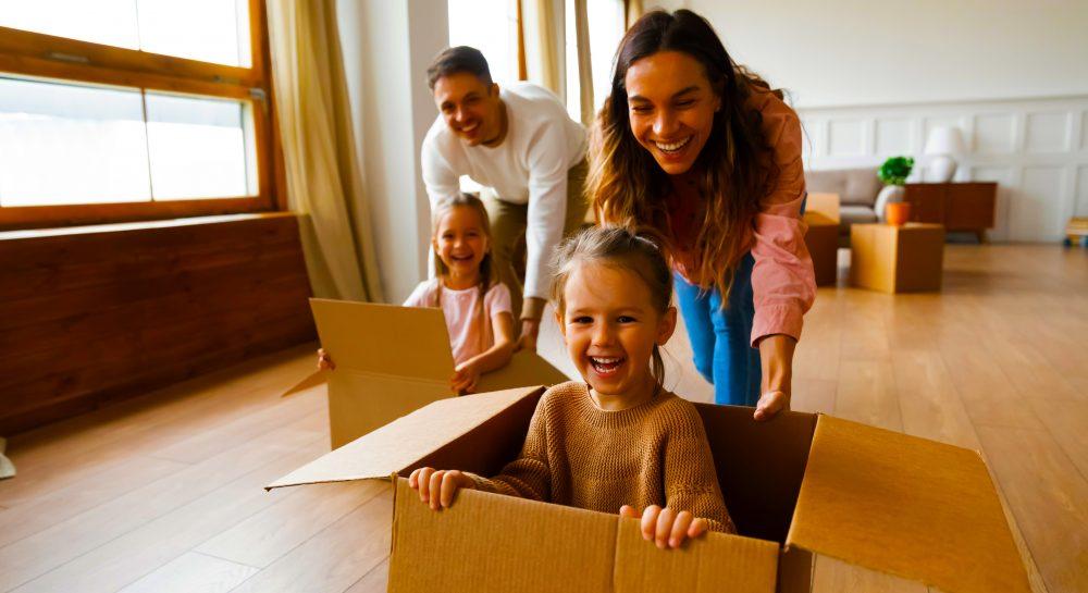 الانتقال إلى الإمارات مع أطفال. نحن ننظر في عملية النقل وما يتعين على الآباء القيام به للانتقال إلى دبي وأبو ظبي والإمارات للعيش والعمل.