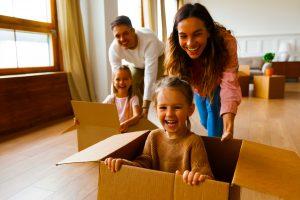 Mit Kindern in die VAE ziehen. Wir schauen uns den Umzug an und was Eltern tun müssen, um nach Dubai, Abu Dhabi und in die Emirate zu ziehen, um dort zu leben und zu arbeiten.