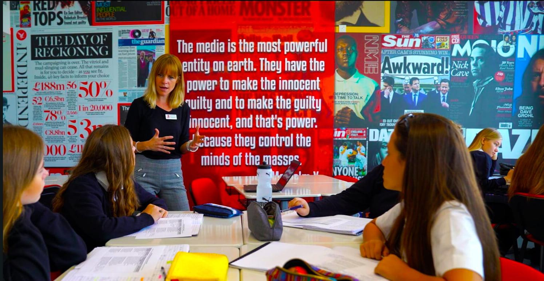 تعد الدراسات الإعلامية في مدرسة دبي للناطقين بالإنجليزية DESC مجرد مثال واحد على اتساع المنهج الدراسي