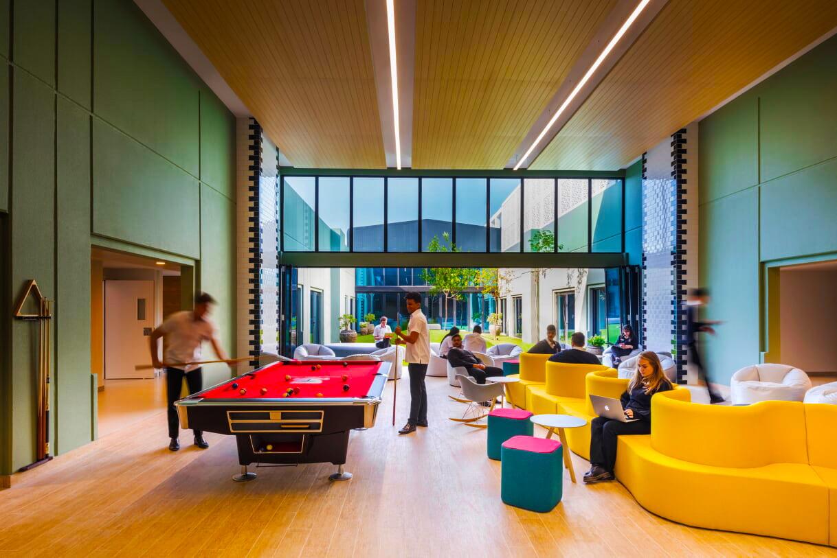 تتيح مدرسة دبي للناطقين بالإنجليزية DESC Six Form Form مزيجًا من المساحات للدراسة الخاصة والاسترخاء وبناء الفريق.