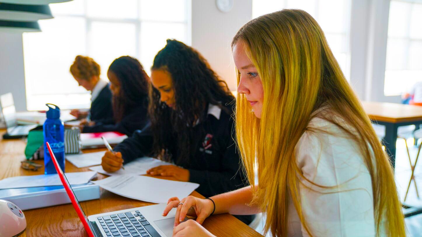 المناهج الدراسية في مدرسة دبي للناطقين باللغة الإنجليزية DESC هي منهج بريطاني خالص شامل يجتاز شهادة GCSE و A Level و BTEC