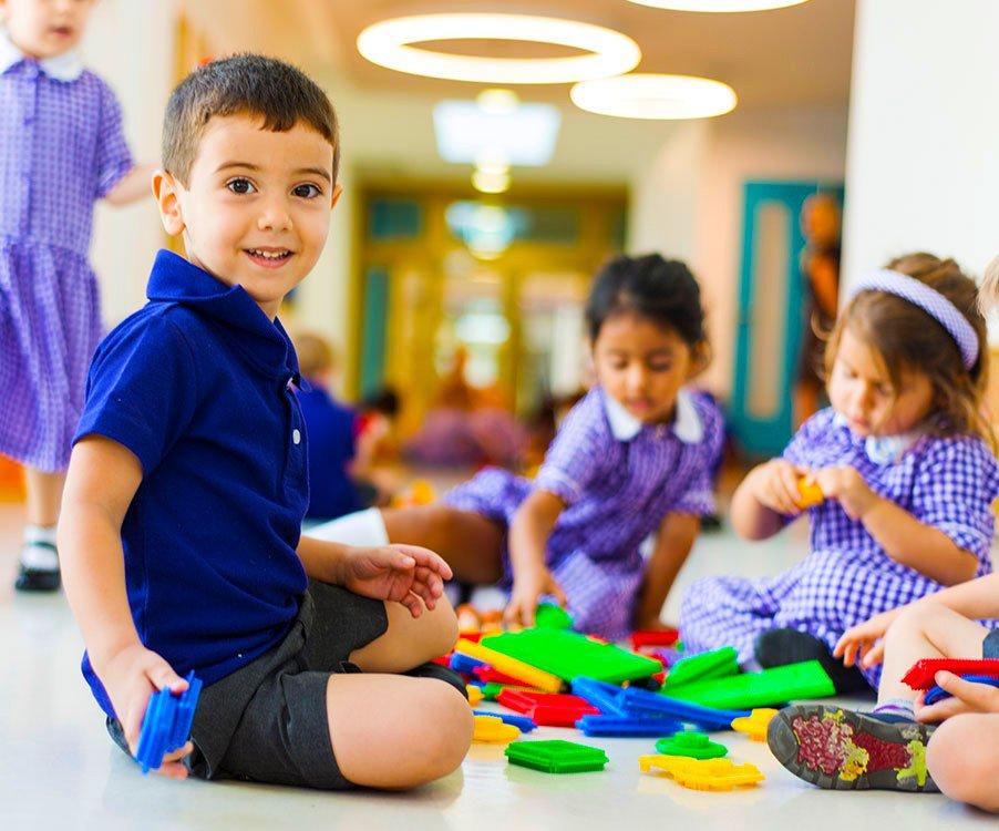 Isang batang mag-aaral sa Foremarke School Dubai na naglalaro - isang schoolscompared.com Pinakamahusay na Paaralan sa Dubai at Abu Dhabi award winner 2017
