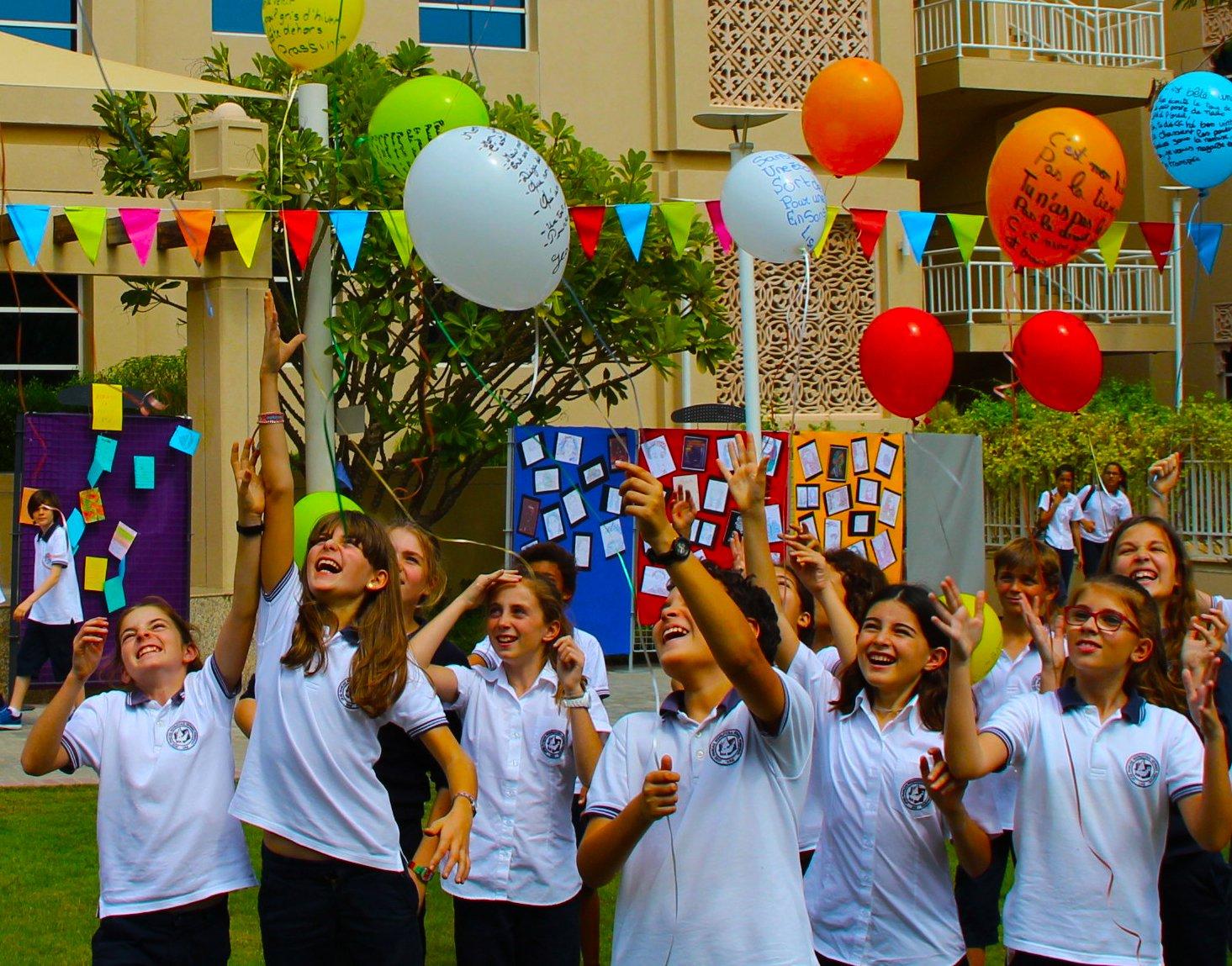 Mga batang nagdiriwang sa Lycée Francais International Georges Pompidou - isang paaralan na naitala ng Pinakamahusay na Paaralan sa Dubai at Abu Dhabi 2017 na nagwagi ng award