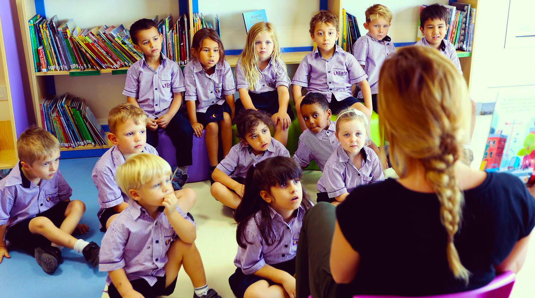 Ang mga nakaganyak at nakaganyak na mga bata na nasisipsip sa isang aralin sa Safa Community School sa Dubai - iginawad ang isa sa nangungunang 20 Pinakamahusay na Mga Paaralan sa Dubai at Abu Dhabi ng mga paaralancompared.com sa 2017