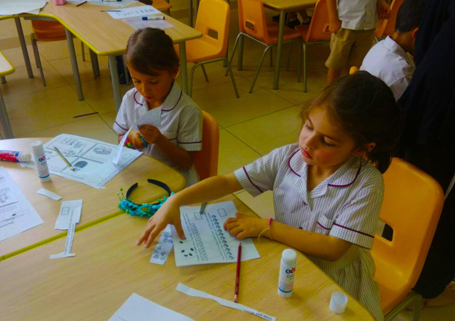 Mga bata ng Victory Heights Primary School sa silid aralan - finalist ng mga paaralancompared.com Awards para sa Pinakamahusay na Paaralan sa Dubai at Abu Dhabi 2017
