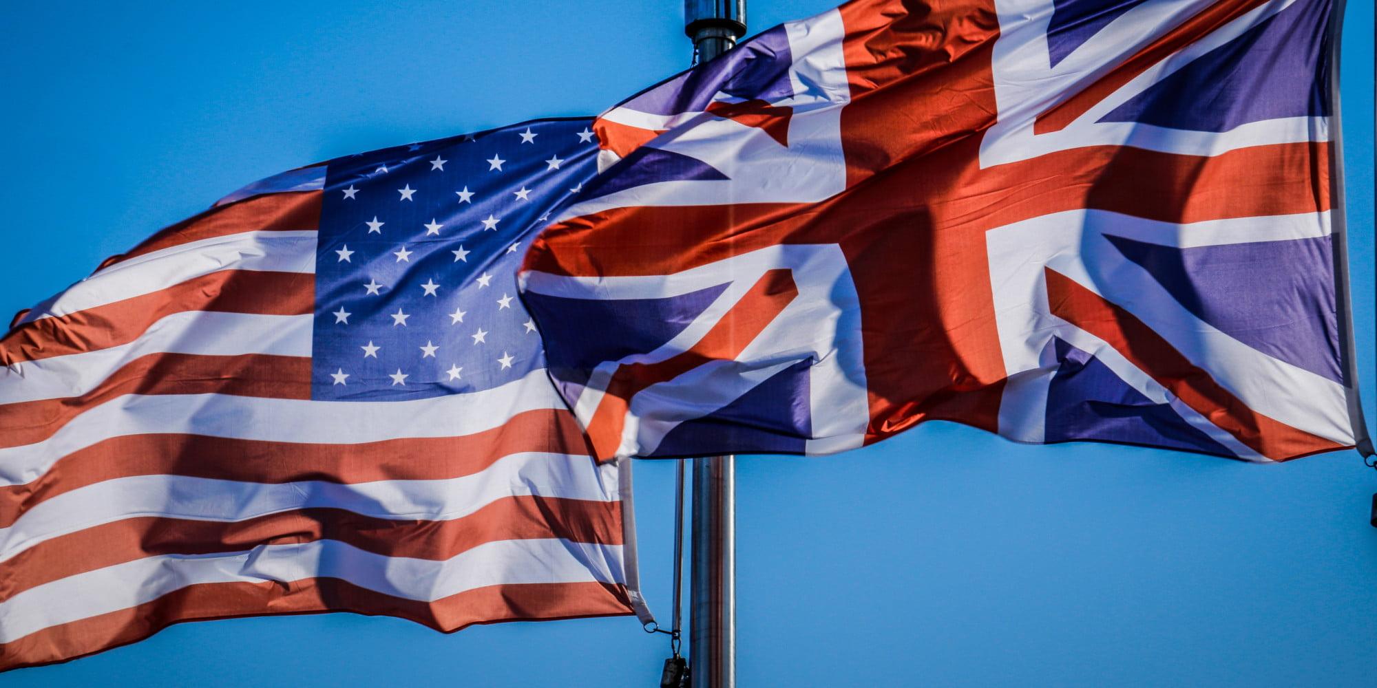 صورة تلتقط المتطلبات المختلفة لدخول جامعات المملكة المتحدة والولايات المتحدة