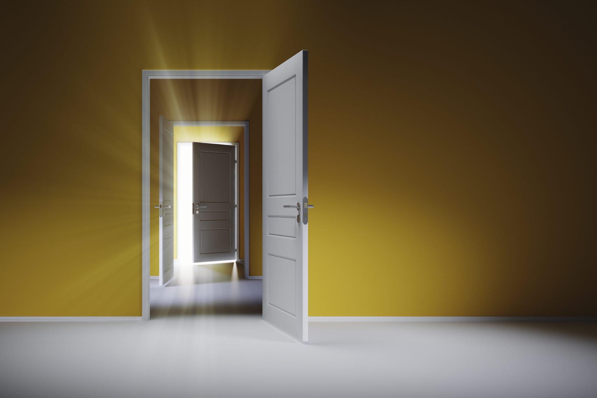 صورة تلتقط الأبواب المفتوحة يجب الترحيب بالطلاب عند مغادرتهم المدارس الإماراتية مع الإعداد المناسب