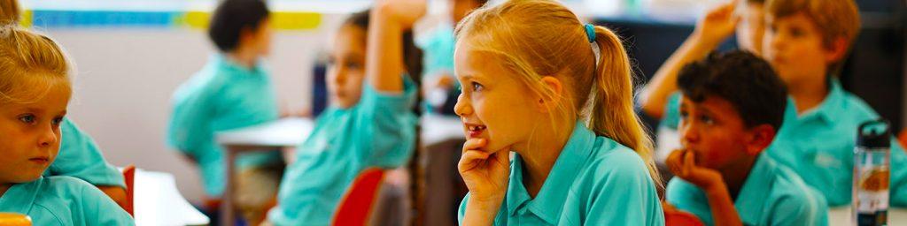 Larawan ng mga bata na nakatuon sa pag-aaral sa loob ng isang kapaligiran sa silid-aralan sa Fairgreen International School sa Dubai