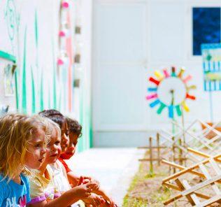 Kinder an der Fairgreen International School in Dubai lernen etwas über nachhaltige Pflanzenproduktion