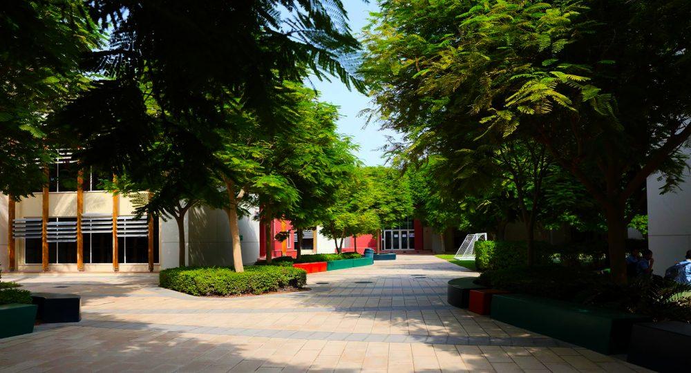 Einer der Innenhöfe der Bradenton Preparatory Academy in Dubai Sports City