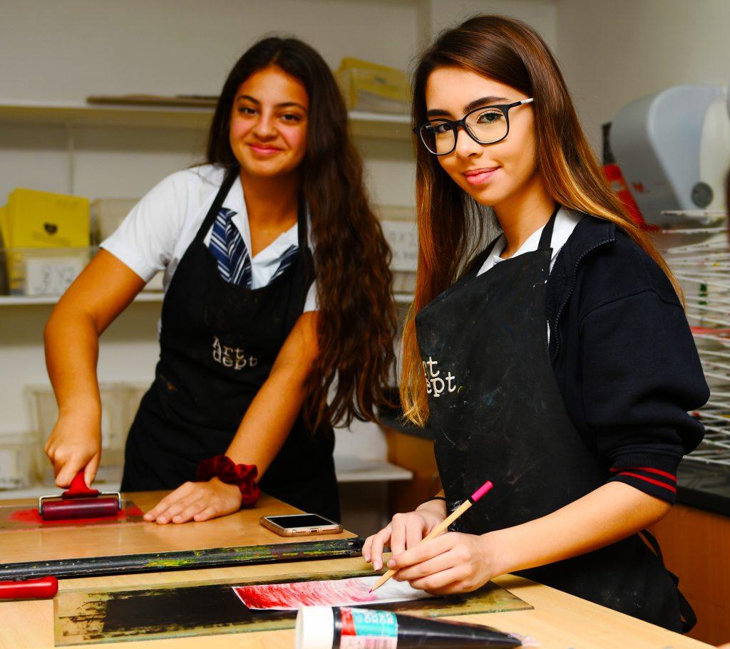 Larawan ng mga mag-aaral na nag-aaral para sa IGCSE Art sa loob ng isa sa mga studio ng Art na tuklasin ang mga diskarte at kulay ng panlililak sa GEMS Wellington International School sa Dubai