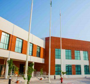 Foto der Hauptschulgebäude und des Eingangs zur Aspen Heights British School in Abu Dhabi
