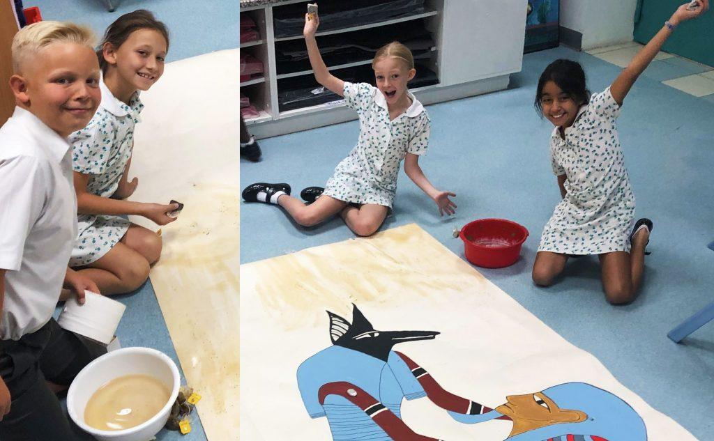 Fotografía de estudiantes que trabajan en una obra de arte egipcio en una clase de arte primario en The English College en Dubai