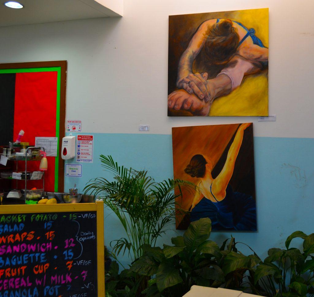Una fotografía de la cafetería del English College con obras de arte y la celebración del trabajo de los niños claramente en exhibición