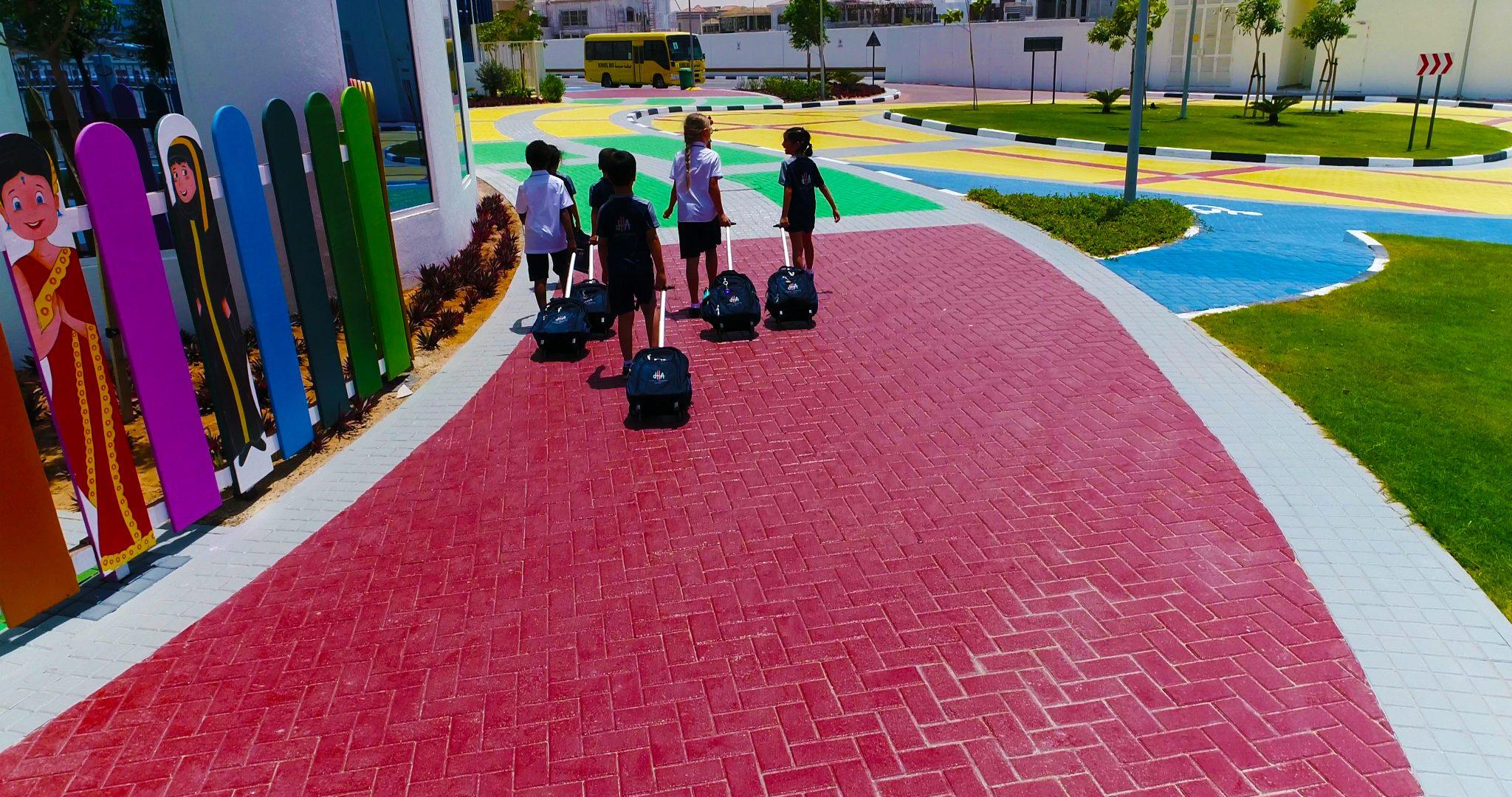 المناظر الطبيعية في أكاديمية دبي هايتس مع الاستخدام الذكي للألوان للإلهام وإمكانية الوصول