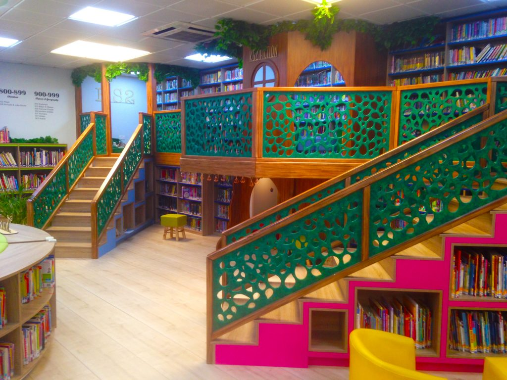 صورة للمكتبة في مدرسة دبي للناطقين بالإنجليزية DESS في دبي تعرض المنطقة المنفصلة المخصصة للأطفال والتي تشجع على القراءة كنشاط في استكشاف ومغامرة