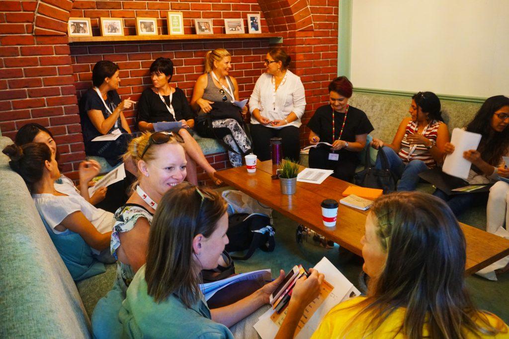 صورة لأولياء الأمور الذين يتعلمون اللغة العربية - أحد برامج التواصل والمشاركة الأبوية والمجتمعية في مدرسة دبي للناطقين بالإنجليزية DESC في دبي