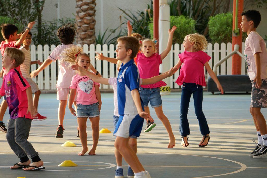 أنشطة اليوم الوردي في مدرسة دبي للناطقين بالإنجليزية DESS في دبي مما يرفع من مستوى رعاية الأشخاص المصابين بالسرطان