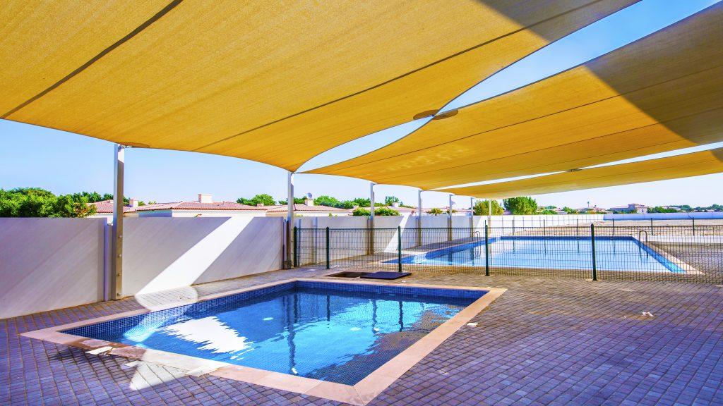 Foto der beiden Schwimmbäder der Dove Green Private School in Dubai