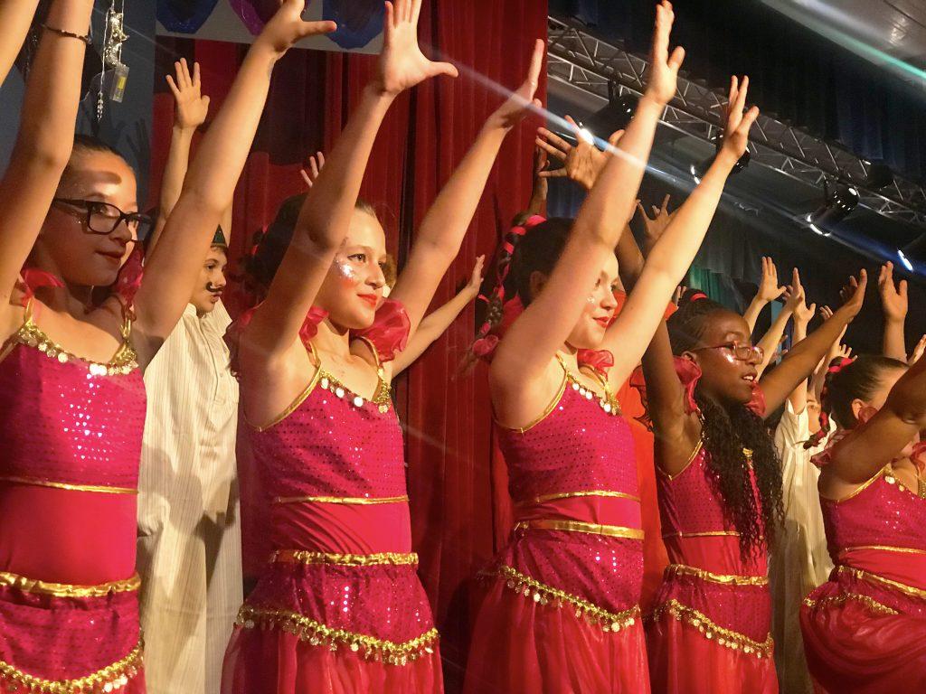 صورة لأطفال يحتفلون بعد عرض مسرحي في مدرسة دبي للتخاطب بالإنجليزية DESS في دبي
