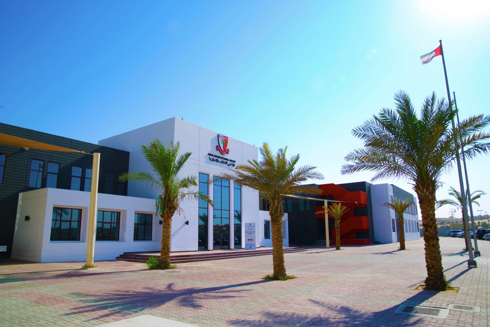Foto des Dubai English Speaking College mit dem Haupteingang