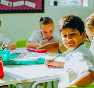 التقطت الصور الفوتوغرافية للأطفال الذين يتعلمون في الفصل في أكاديمية دبي هايتس في دبي عام 2019. تلتزم مدرسة المناهج الوطنية الإنجليزية بشدة بالالتحاق بالأكاديمية وإرسالها ، وترحب بمزيج واسع من الجنسيات.