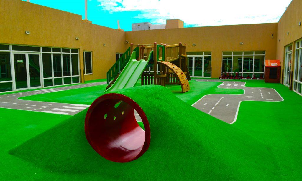 Das zentrale Viereck des Future International Nursery School in Dubai umfasst fantastische Spielgeräte, die die Free-Flow-Spielbereiche und die Schwimmbadanlage der Schule ergänzen.