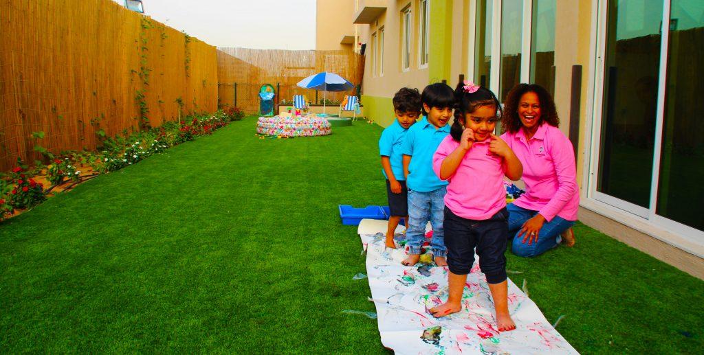 Foto, das die Bedeutung des Glücks und Spielens von Kindern im Lehrplan von Future International Nursery Dubai hervorhebt.