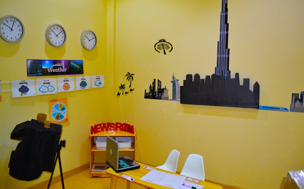 Eines der Rollenspielzentren im Future International Nursery Dubai, das hier als Nachrichtenraum für Kinder genutzt wird, um ihre Gaben als junge Journalisten und Nachrichtenleser zu üben.