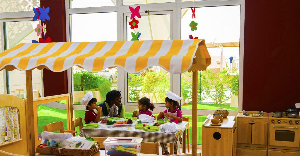 Foto einer eingebetteten Küche in einem der Klassenzimmer des Future International Nursery Dubai - Hervorhebung der erheblichen Investition in das Rollenspiel, das in den mit EYFS angereicherten Lehrplan integriert ist