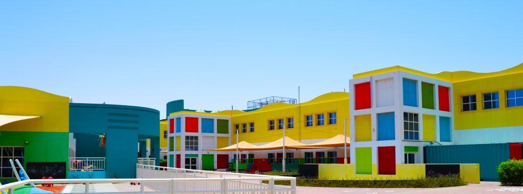 Fotografía que muestra los coloridos edificios de The English College en Dubai