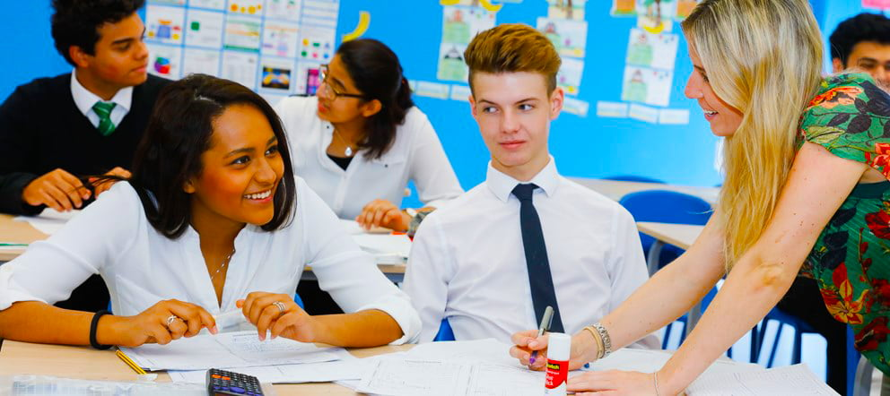 صورة تظهر تفاعل الطلاب مع المعلمين حول العلاقة بين الرياضيات وعلم النفس في صفوف A Level في مدرسة جيمس فيرست بوينت في دبي