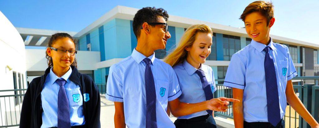صورة فوتوغرافية لطلاب مدرسة جيمس فيرست بوينت في دبي يناقشون علم النفس خلال استراحة الصباح
