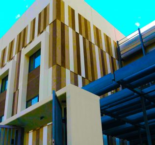 Foto, das die architektonische Fassade der Dunecrest American School in Dubai hervorhebt