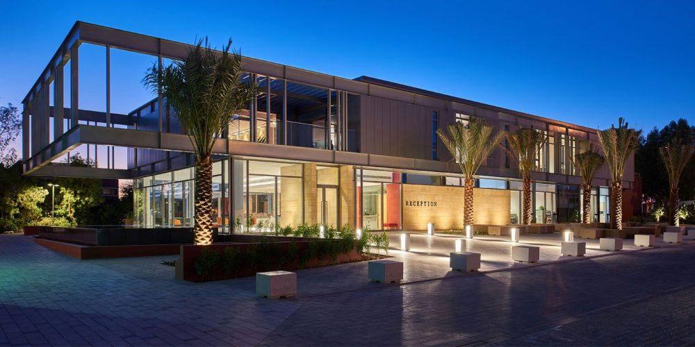 Foto des Dubai College bei Nacht, das die außergewöhnlichen laufenden Investitionen in die Schule und ihre Kinder zeigt