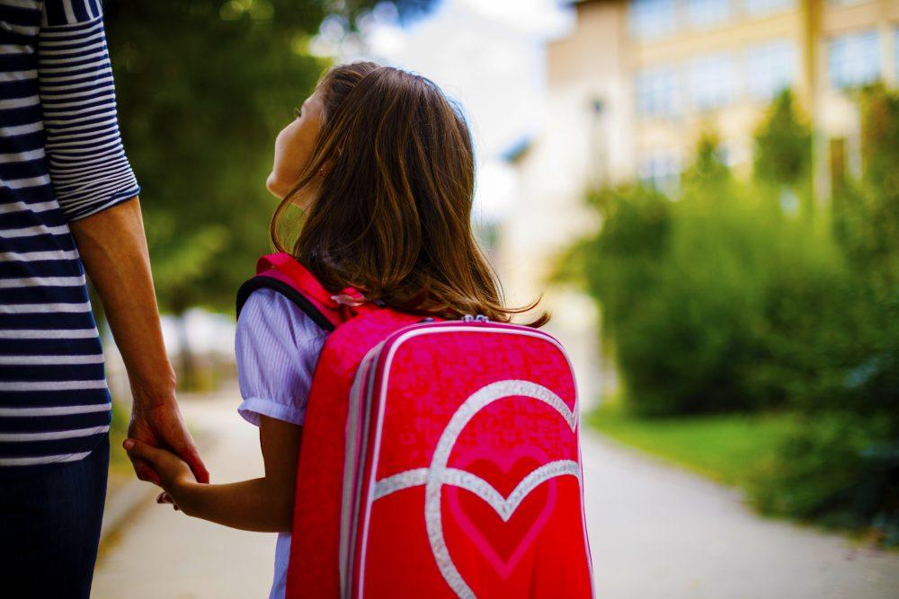 Foto eines Elternteils bei einem Schulbesuch, um zu entscheiden, ob es die richtige Schule ist, um sein Kind zu erziehen.
