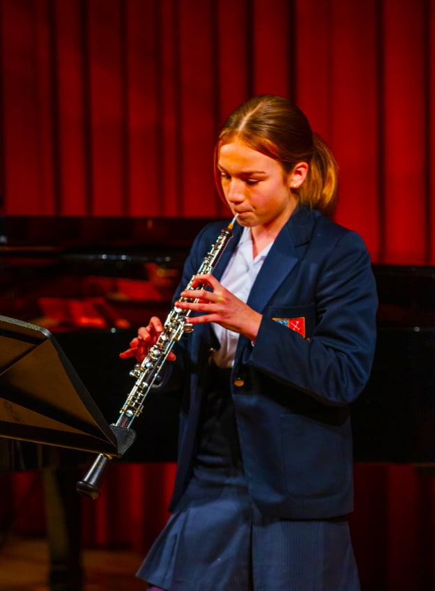 Cranleigh Abu Dhabi Stipendien- und Stipendienprogramme erstrecken sich über das gesamte Schulleben. Hier zeichnet sich ein Student bei einem Konzert in der Hauptstadt des Landes durch Musik aus.